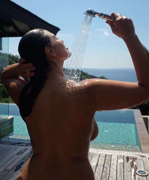 Ashley Graham Got Topless In Instagram